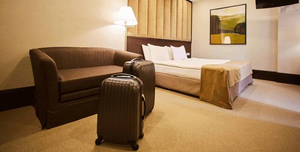 客室にスーツケース