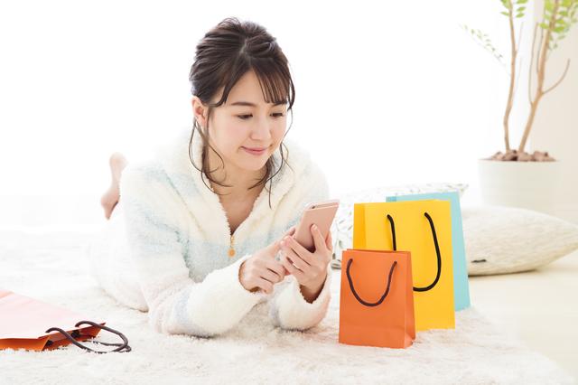 ネット通販を楽しむ女性
