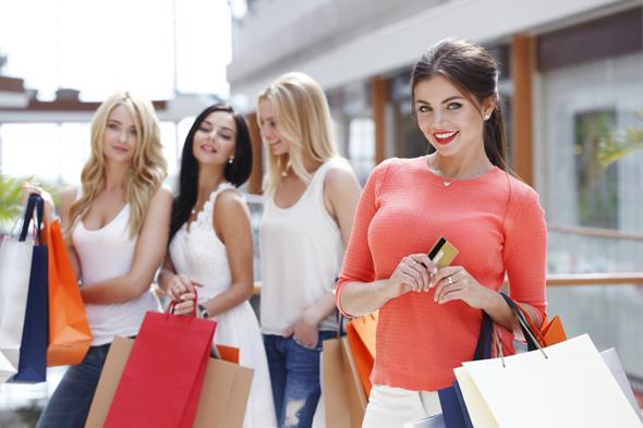 買い物袋を下げた女性