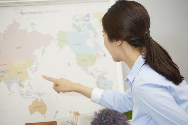 世界地図と女性